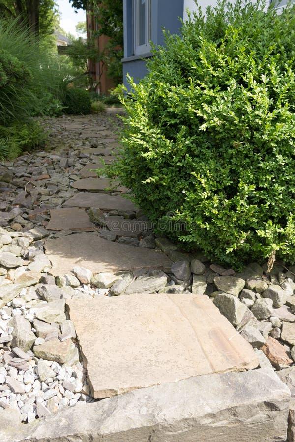Trayectoria del jardín en piedras con las losas de piedra grandes fotos de archivo libres de regalías