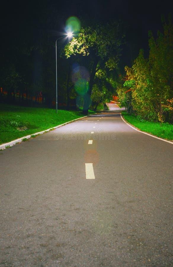 Trayectoria en el parque público en la noche de verano imagen de archivo