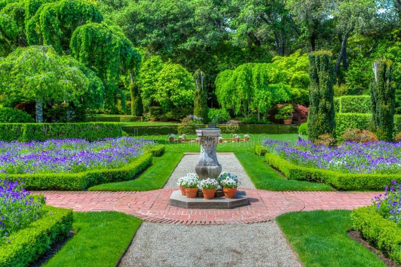 Trayectoria inglesa formal del jardín imagen de archivo libre de regalías