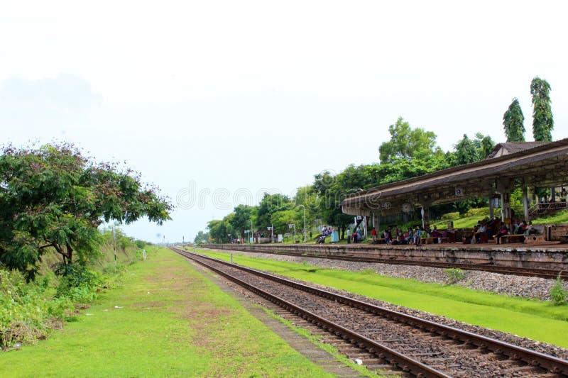 trayectoria larga ferroviaria de la estación de destino del verde de la naturaleza de la India imágenes de archivo libres de regalías