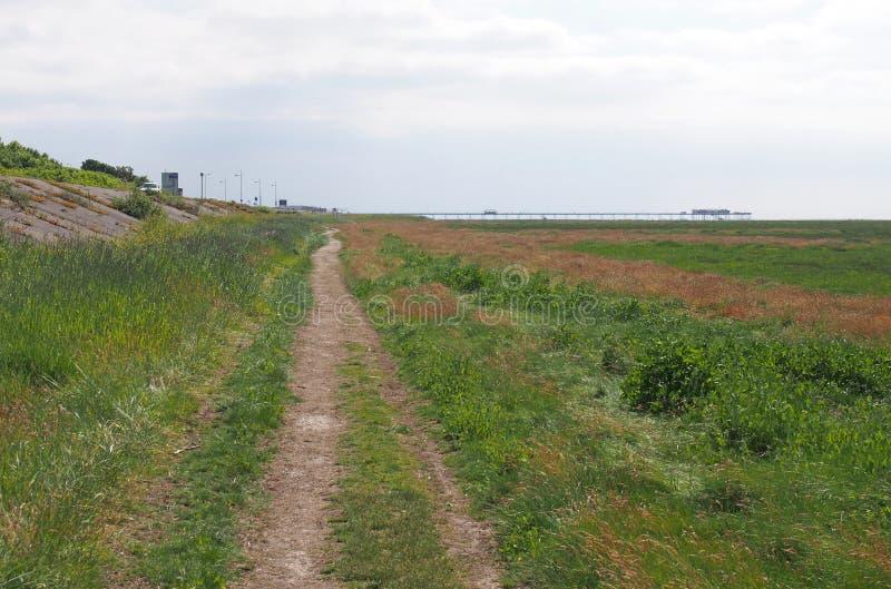 Trayectoria a lo largo de la región pantanosa costera herbosa solamente el estuario ribble y del alt en Merseyside que mira hacia imagen de archivo libre de regalías