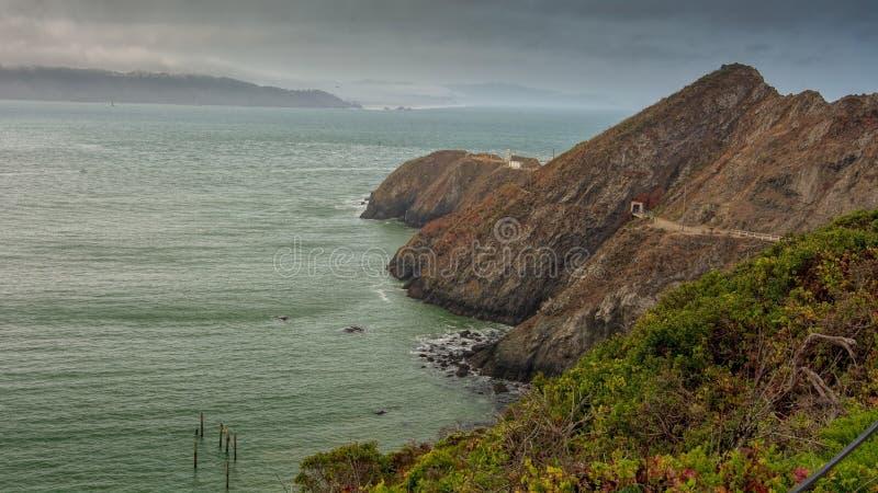 Trayectoria para señalar Bonita Lighthouse y la costa costa imagenes de archivo