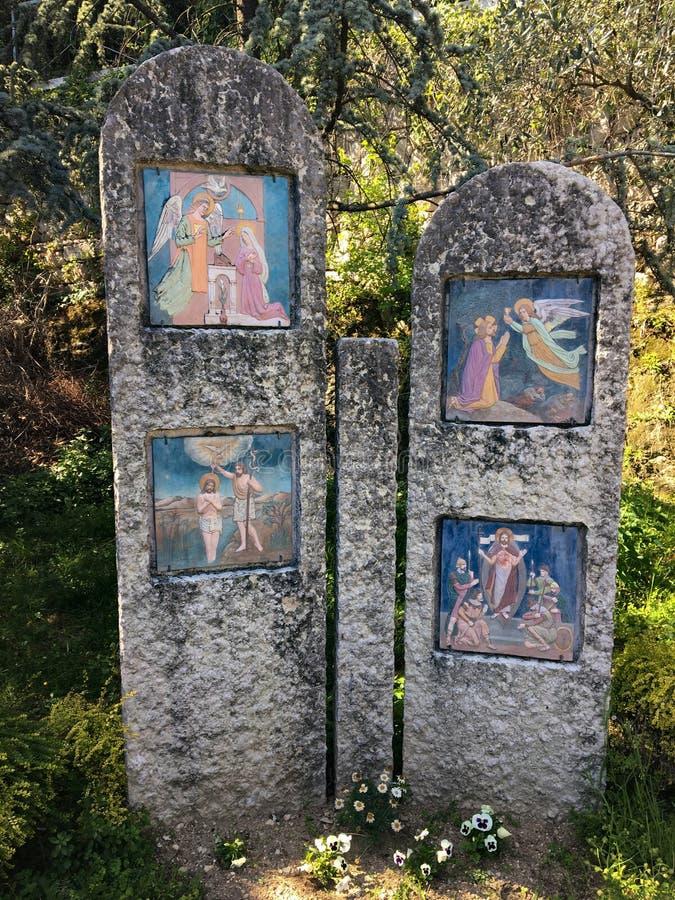 Trayectoria peatonal con vía los crucis del santuario de los di Lourdes Verona Italy de Madonna fotografía de archivo