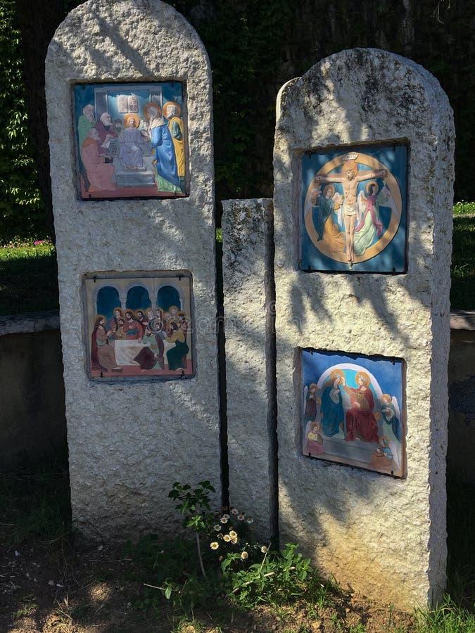 Trayectoria peatonal con vía los crucis del santuario de los di Lourdes Verona Italy de Madonna foto de archivo libre de regalías