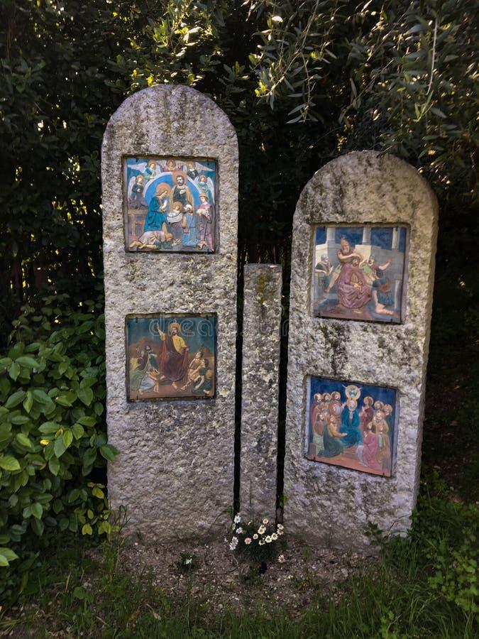 Trayectoria peatonal con vía los crucis del santuario de los di Lourdes Verona Italy de Madonna imagen de archivo libre de regalías