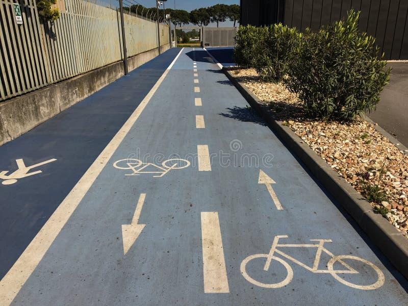 Trayectoria peatonal del ciclo, carriles reservados en Verona, Italia fotos de archivo