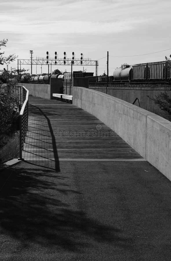 Trayectoria que camina cerca del ferrocarril fotografía de archivo