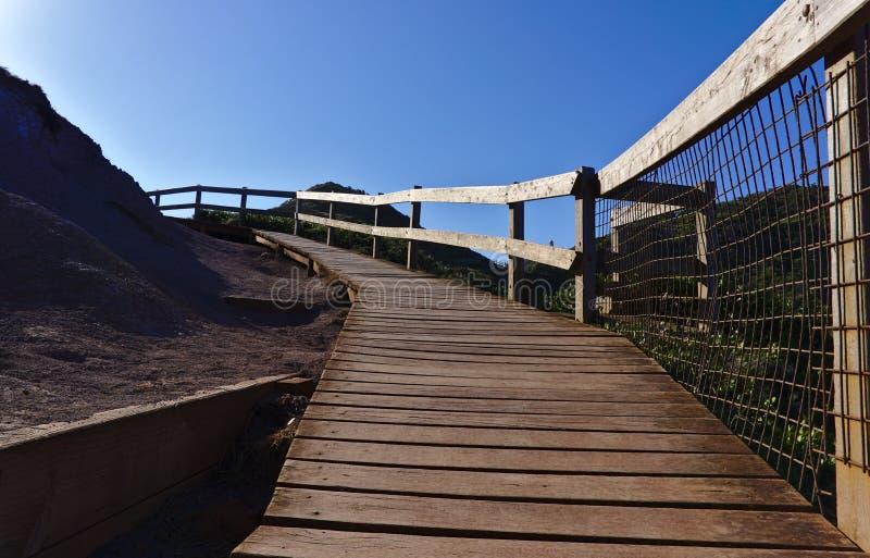 Trayectoria que camina de madera con la cerca de madera imagen de archivo