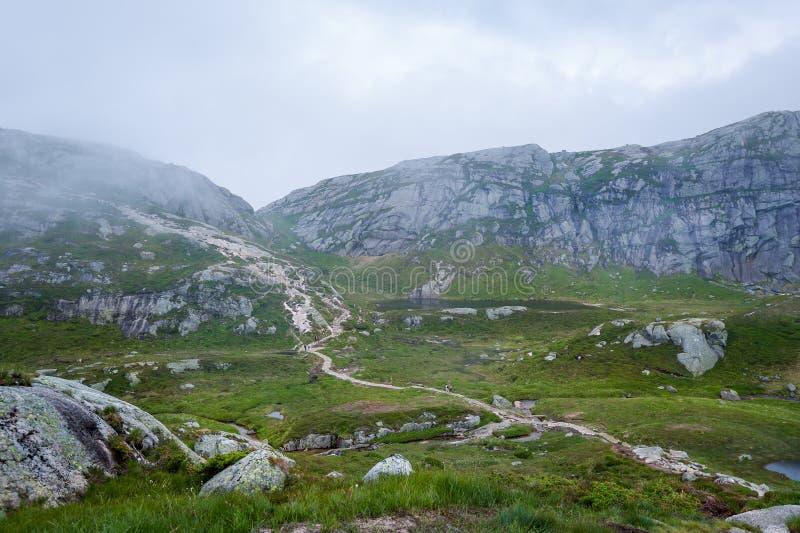 Trayectoria que camina escénica a la piedra famosa de Kjerag noruega fotos de archivo