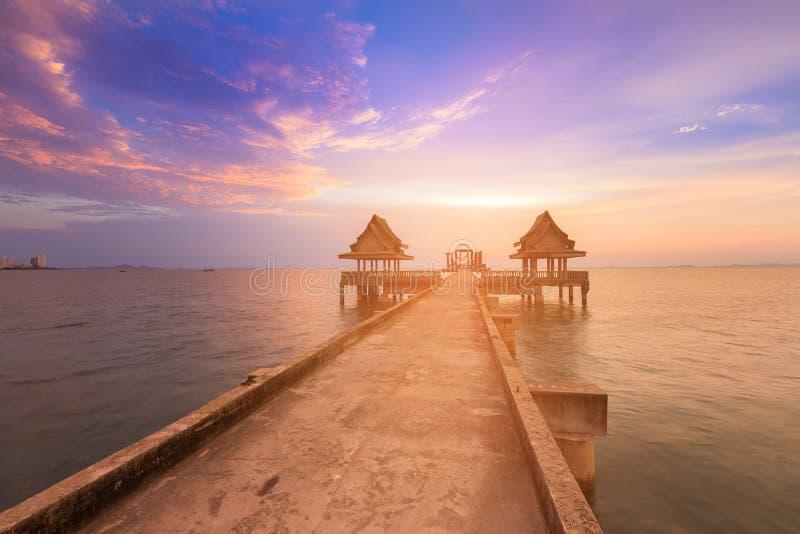 Trayectoria que camina que lleva a la costa y después de horizonte de la puesta del sol imagen de archivo