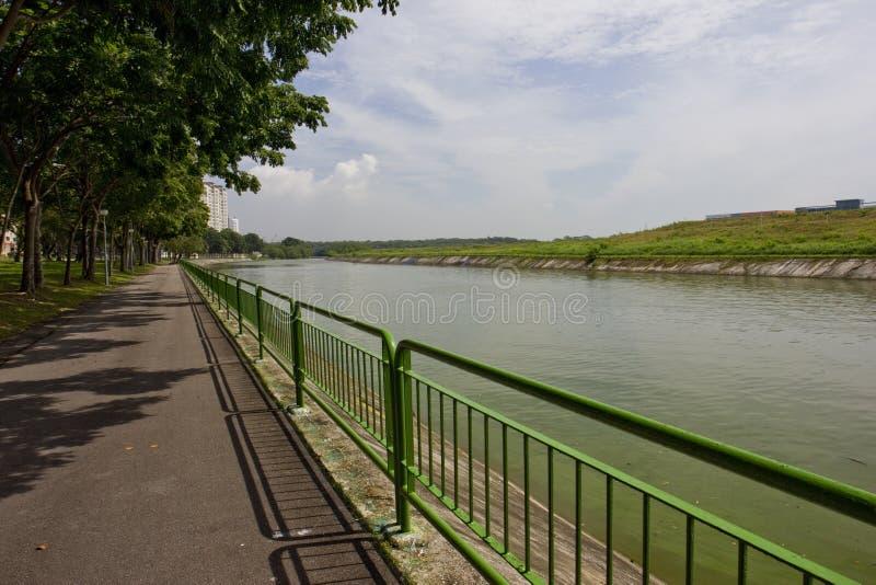 Trayectoria que camina y de ciclo por el río fotos de archivo libres de regalías