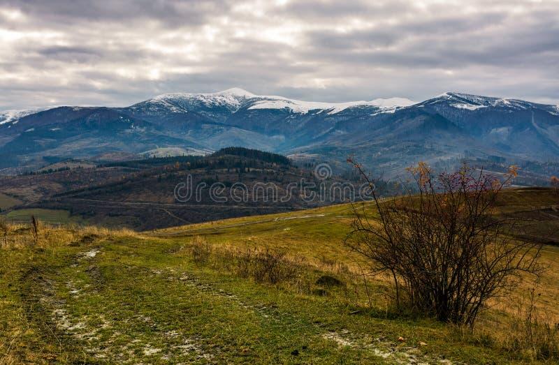 Trayectoria a través de las laderas en otoño imágenes de archivo libres de regalías