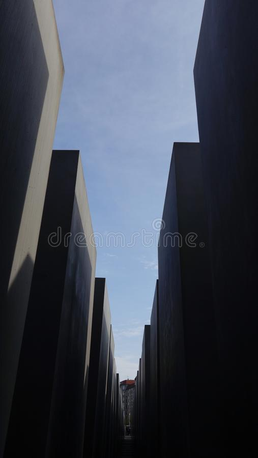 Trayectoria a través del monumento del holocausto en Berlín, Alemania imágenes de archivo libres de regalías