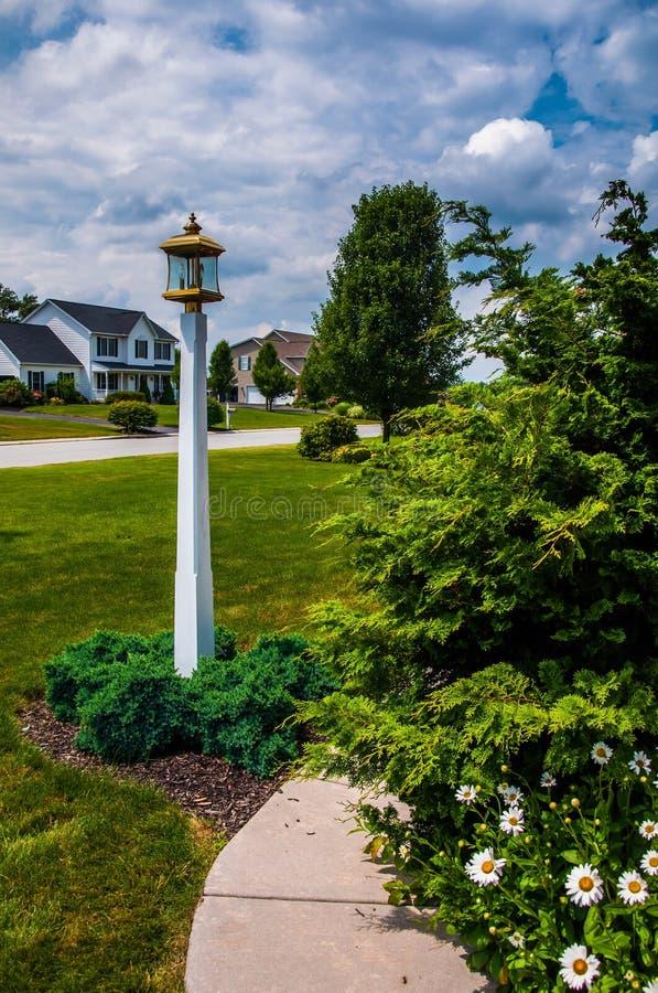 Trayectoria y lightpost en jardín imagen de archivo