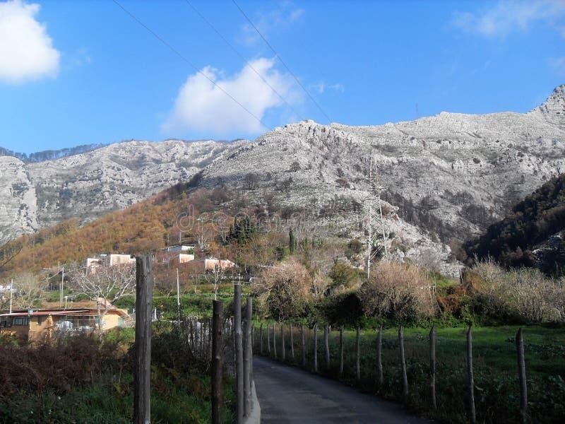 Trayectoria y vista del soporte Faito en el sud Italia fotos de archivo