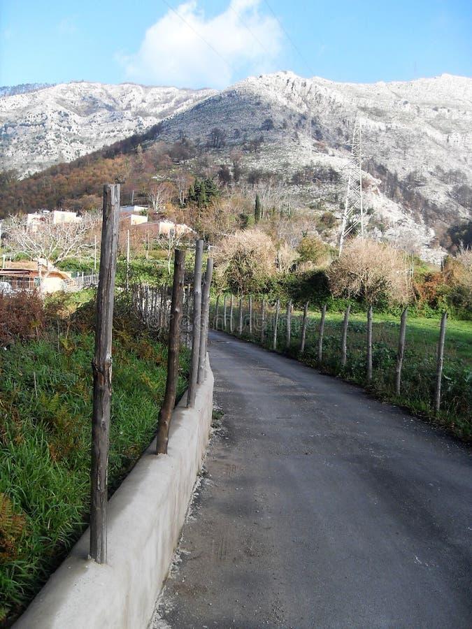 Trayectoria y vista del soporte Faito en el sud Italia fotografía de archivo