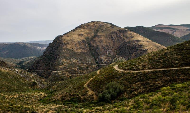 Trayectorias a lo largo de las montañas imagenes de archivo