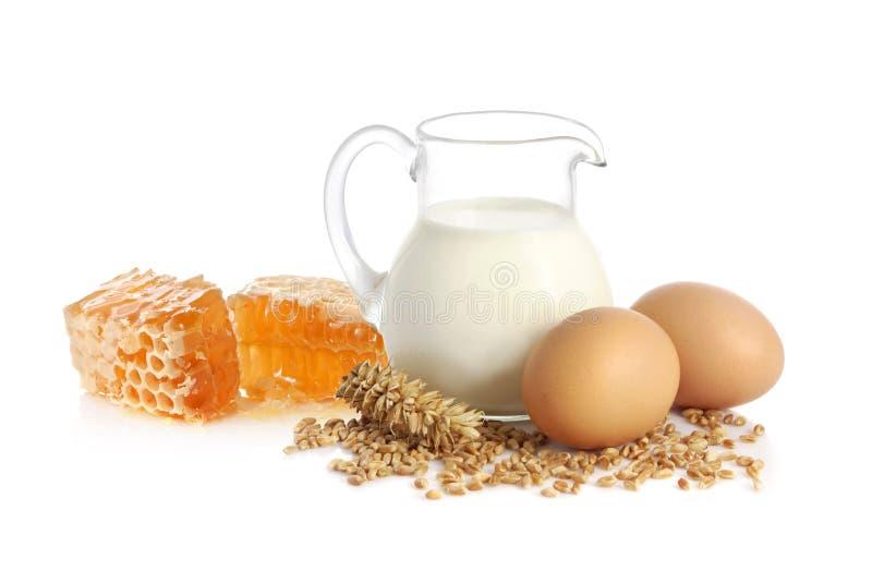 Trayez, des graines de blé, des oeufs et miel image libre de droits