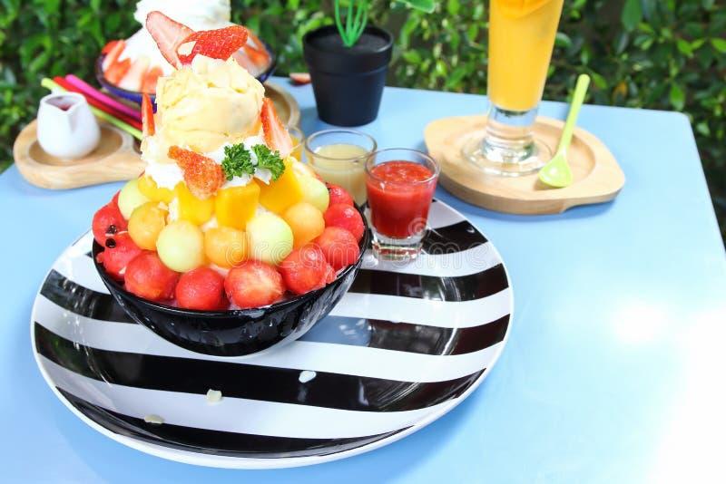 Trayez le dessert de crème glacée de neige avec le fruit mélangé images libres de droits