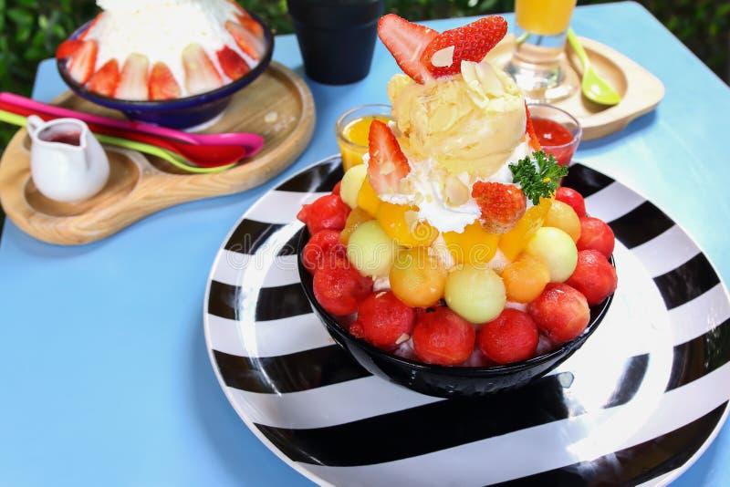 Trayez le dessert de crème glacée de neige avec le fruit mélangé photos stock