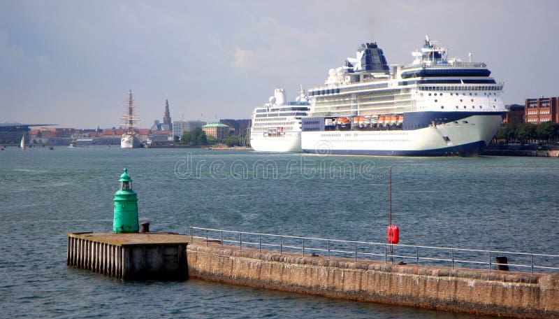 Trazador de líneas de lujo de la travesía en puerto Barco de cruceros grande que navega para abrigarse fotografía de archivo libre de regalías