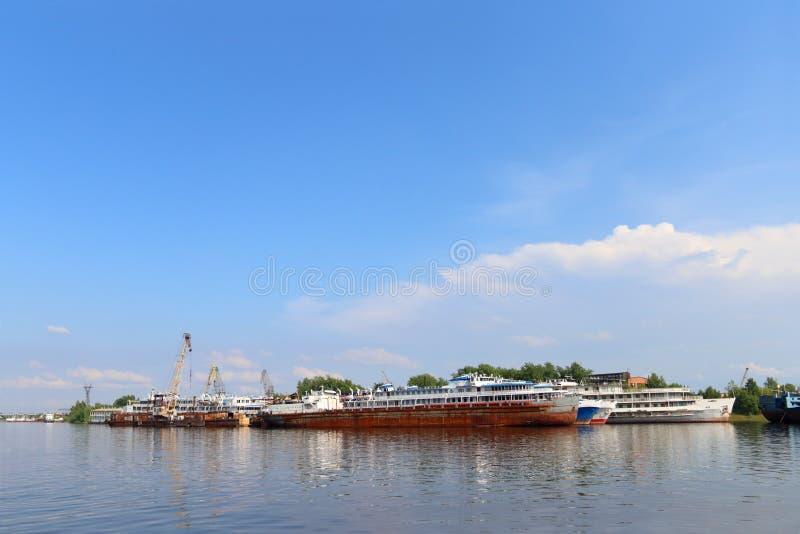 Trazadores de líneas de Passengeer, buques de carga y grúas para cargar en el río fotografía de archivo libre de regalías