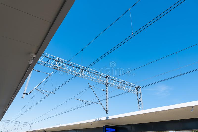 Trazione elettrica ferroviaria sopra la stazione immagine stock