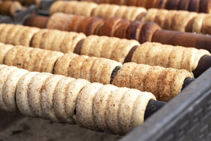 Trdelnik ?r gatamat av Prague Det som ?r ansett en traditionell nationell tjeckisk s?t mat Trdelnik är rör av söt deg arkivfoton