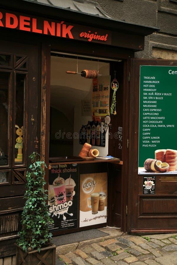 Trdelnik - traditionellt tjeckiskt bageri Tjeckisk söt bakelsebakning på gatamarknaden i Cesky Krumlov royaltyfria bilder