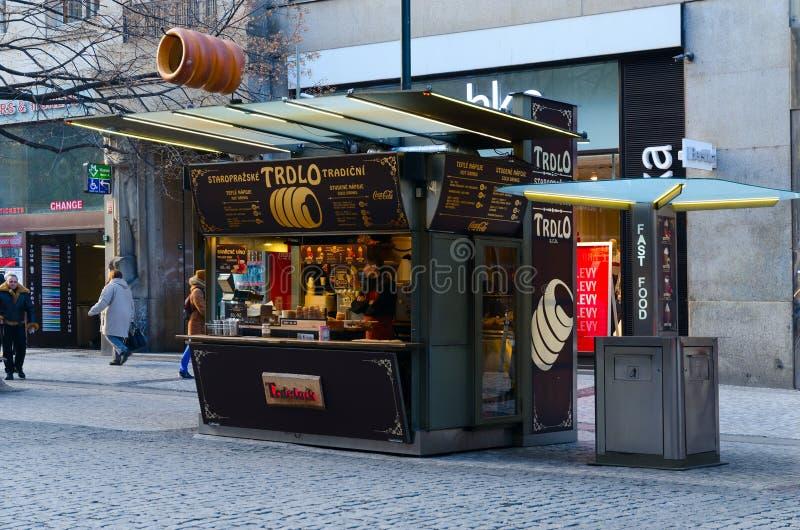 Trdlo ceco tradizionale della pasticceria nel trdelnik sul Na Prikope della via nel centro di Praga, repubblica Ceca immagini stock