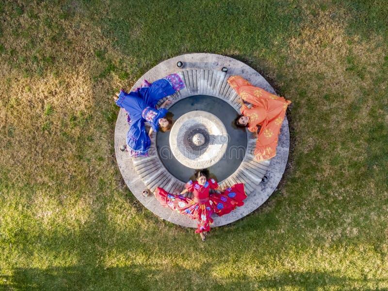 Tre älskvärda latinamerikanska brunettmodeller poserar det fria på en mexicansk ranch royaltyfri bild