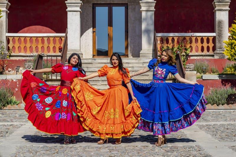 Tre älskvärda latinamerikanska brunettmodeller poserar det fria på en mexicansk ranch arkivbild