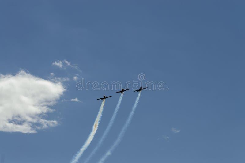 Tre aerei nel cielo fanno le acrobazie aeree immagine stock
