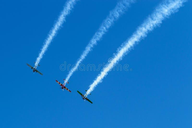 Tre aerei nel cielo fanno le acrobazie aeree fotografia stock