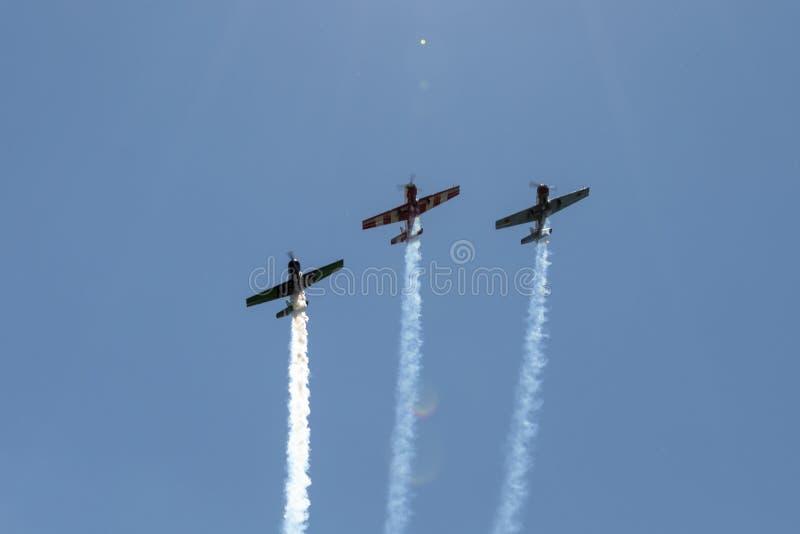 Tre aerei nel cielo fanno le acrobazie aeree fotografie stock libere da diritti