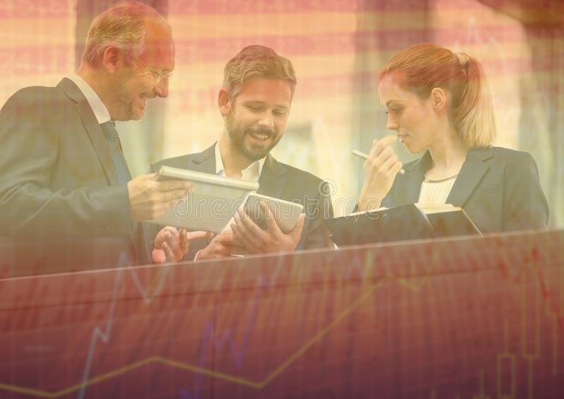 Tre affärspersoner på balkongen med den grafiska samkopieringen för orange diagram stock illustrationer