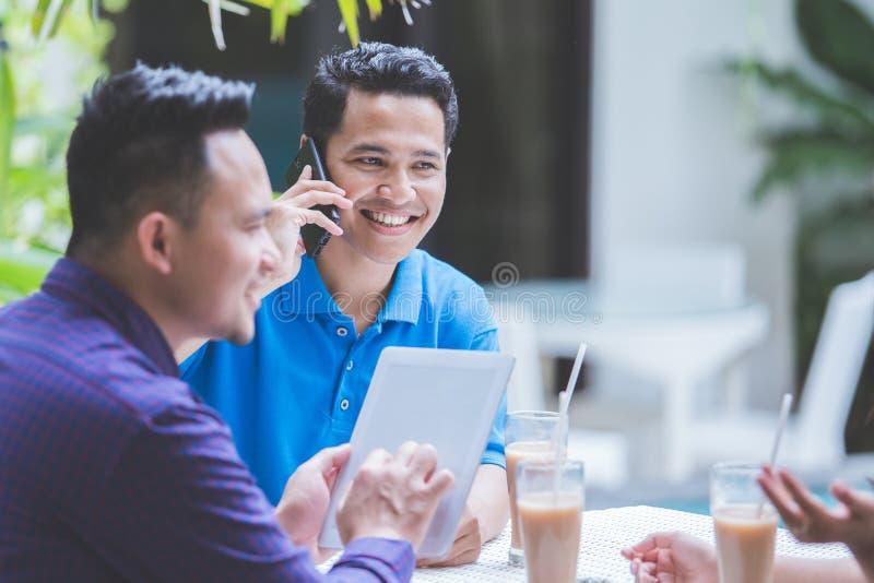 Tre affärspersoner som möter i kafé royaltyfria foton