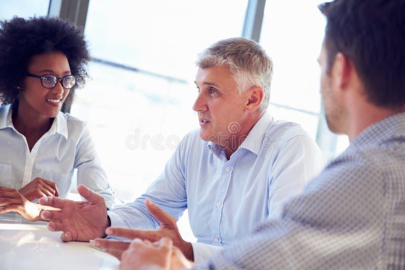 Tre affärsprofessionell som tillsammans arbetar arkivbild