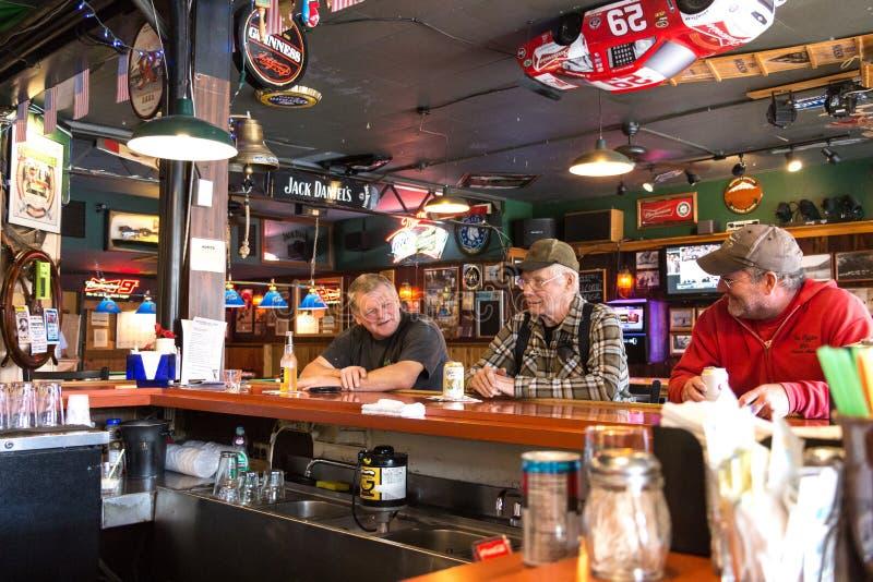 Tre alaskabo män som har ett öl i Haines arkivfoton