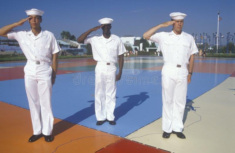Tre amerikanska sjömän som står på översikten värld av för Förenta staterna, hav, San Diego, Kalifornien royaltyfria bilder