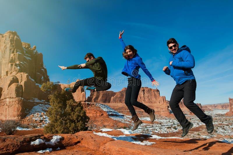 Tre amici che godono del freedome del parco nazionale di arché fotografie stock
