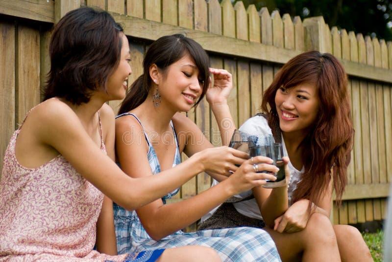 Tre amici con le bevande immagine stock libera da diritti