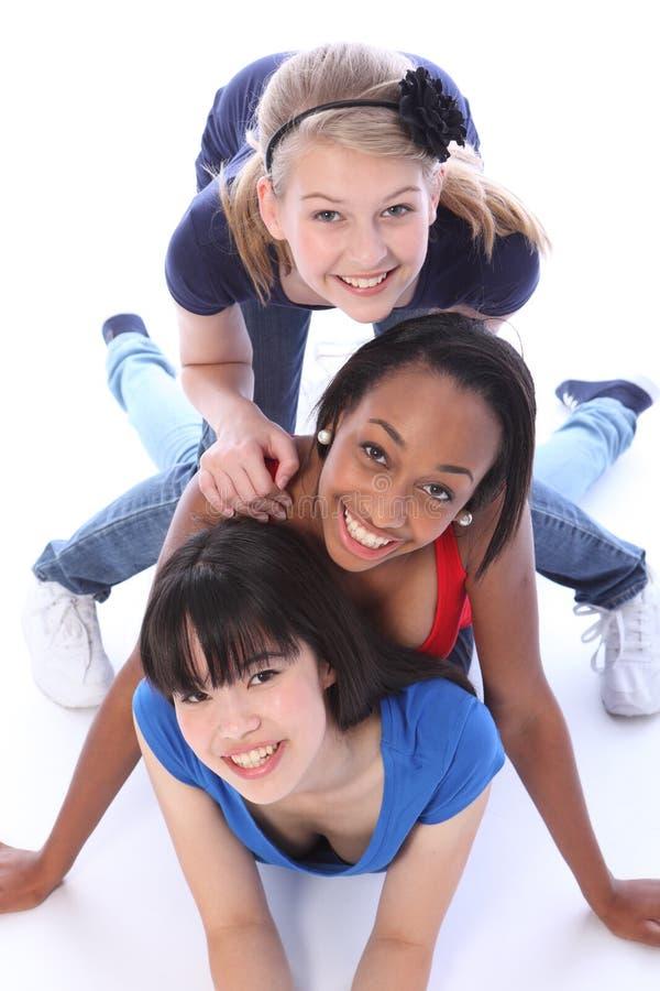 Tre amici di ragazza della corsa mixed che hanno divertimento insieme immagine stock libera da diritti