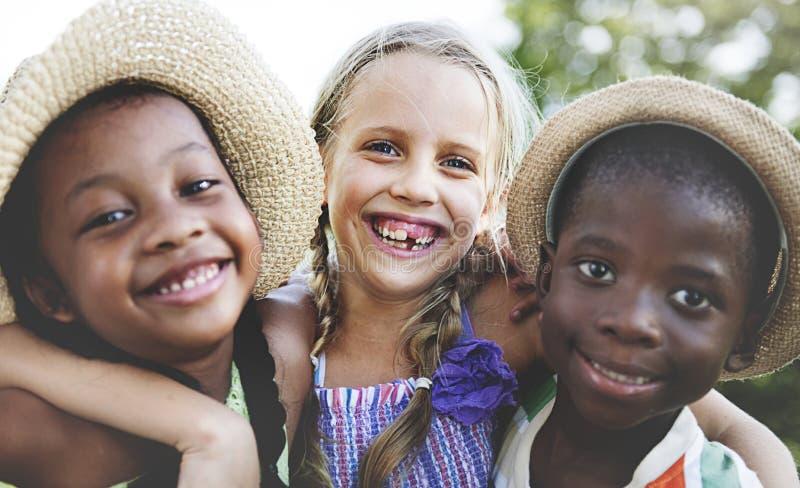 Tre amici divertendosi nel parco immagini stock libere da diritti
