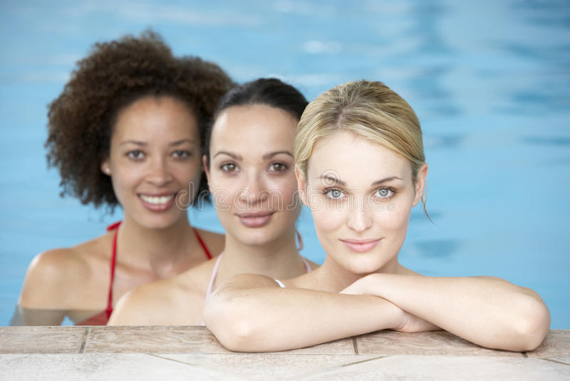 Tre amici femminili nella piscina fotografie stock libere da diritti