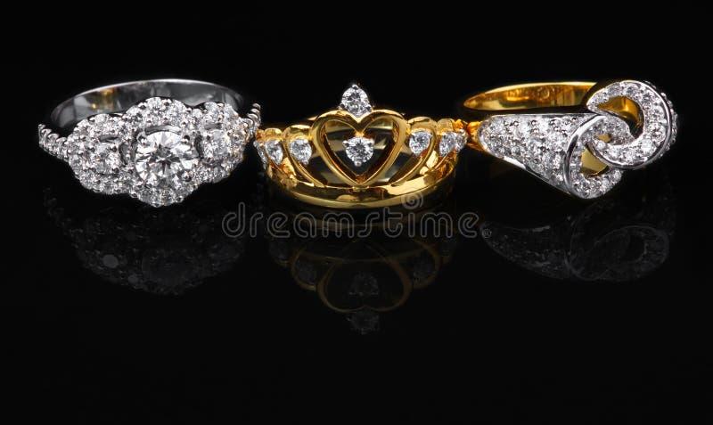 Tre anelli del diamon su fondo nero immagine stock