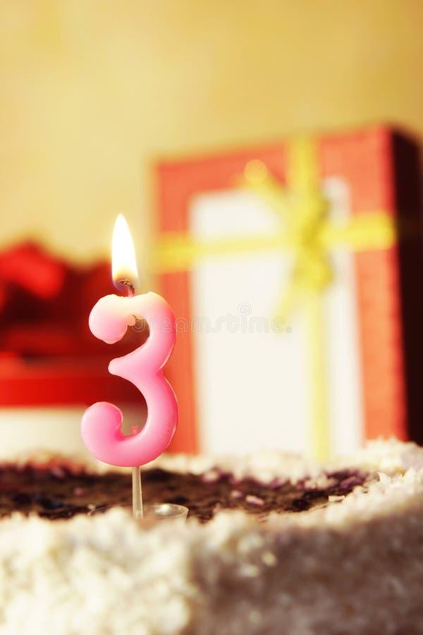 Tre anni Torta di compleanno con la candela burning fotografia stock libera da diritti
