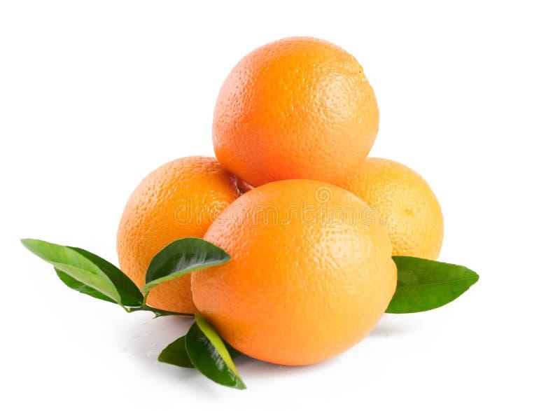 Tre arance con le foglie isolate su fondo bianco immagine stock
