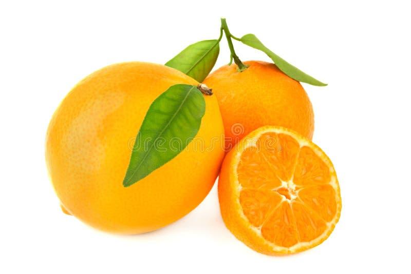 Tre arance con leavesisolated su bianco fotografie stock