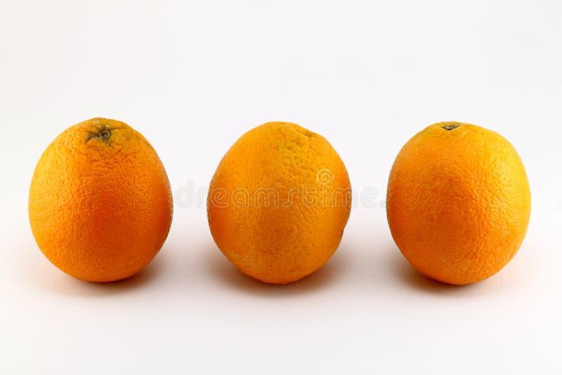 Tre arance mature su fondo bianco immagine stock